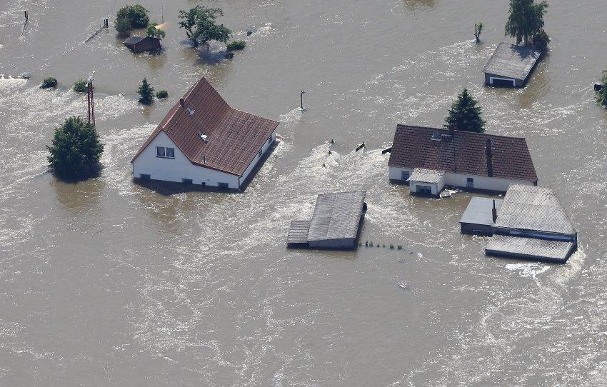 Durch einen Deichbruch überflutete Häuser am 11.06.2013 im Dorf Fischbeck (Sachsen-Anhalt). Die Hochwassersituation an der Elbe bleibt weiter angespannt. Foto: Jens Wolf/dpa +++(c) dpa - Bildfunk+++